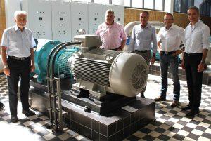 Kreiswasserwerk-Geschäftsführer Michael Leonards (3.v.r.) erläuterte den CDU-Politikern Dr. Gerd Hachen (l.), Bernd Krückel (2.v.l), Thomas Schnelle (2.v.r.) und Wilfried Oellers (r.) die Technik im Uevekovener Wasserwerk. FOTO: Uwe Heldens