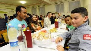 """Zum """"Iftar"""" Fastenbrechen waren erstmals auch Flüchtlinge aus Syrien, Afghanistan und Afrika in die Hückelhovener Moschee an der Ludovicistraße gekommen. """"Auch Muslime haben in der Geschichte schon um Asyl gebeten. Jetzt reichen wir die Hände und öffnen die Herzen"""", sagte Mehmet Yilmaz von der muslimischen Gemeinde."""
