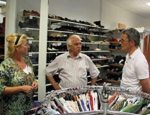 Anerkennung zollte MdB Wilfried Oellers (re.) den Mitarbeitern auch im Tafel Depot Baal. Die Tafel sucht noch weitere Freiwillige. FOTO: CDU