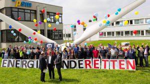 Protestminute in Erkelenz: Die Bundestagsabgeordneten Spinrath und Oellers erhielten dabei ein Positionspapier der Windenergieverbände. FOTO: psm