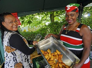 Kulturell und kulinarisch war das Afrikafest ein Erlebnis für die Besucher. Monika Nduka und Jane Förster frittierten Köstlichkeiten ihrer Heimat zum Fest. FOTO: JÖRG KNAPPE