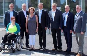 CDU-Bundestagsabgeordneter Wilfried Oellers (4.v.r.) beim Besuch der Lebenshilfe Heinsberg. FOTO: Kleinen