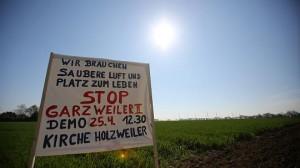 Menschenkette gegen Braunkohletagebau in Garzweiler  FOTO: dpa, obe cul