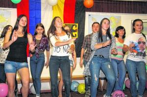 In Russland wird getanzt und gesungen. Wie das klingt und wie das aussieht, zeigen die russischen Gäste aus Arsamas ihren Freunden aus dem kreis Heinsberg beim Abschlussabend der Begegnungswoche Fotos (2): agsb