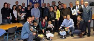 """Gruppenbild der """"THW-Familie"""" mit Nachwuchs und Wilfried Oellers, der kürzlich selbst Vater wurde. Michael Andres (re.) überreichte ihm ein THW-Kinderbuch. FOTO: THW"""