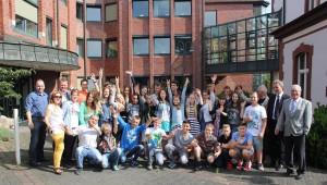 Gute Stimmung: Die deutsch-russische Jugendgruppe besuchte gestern das Wassenberger Rathaus. Dort wurde sie von Bürgermeister Manfred Winkens und dem Schirmherrn Wilfried Oellers (v. r.) begrüßt. FOTO: Uwe Heldens