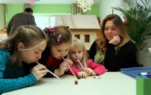 Mit Luftdruck lässt sich so manches bewegen – Kinder des katholischen Kindergartens St. Georg experimentieren. FOTO: Jürgen Laaser