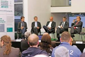 Es diskutierten auf Einladung des Windkraftunternehmens psm (Moderator Ian-Paul Grimble, 2.v.r.): Linus Stieldorf (FDP, v.l.), Wilfried Oellers (CDU), Hans Josef Dederichs (Grüne) und Norbert Spinrath (SPD). FOTO: JÜRGEN LAASER