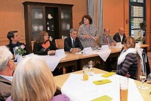 Rita Zurmahr-Tabellion stellt die Diskussionsteilnehmer vor: Linus Stieldorf (FDP), Katharina Lenzen (Piraten), Wilfried Oellers (CDU), Norbert Spinrath (SPD), Hans-Josef Dederichs (Bündnis 90/Die Grünen). FOTO: Jürgen Laaser
