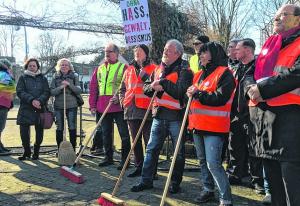 Mit Besen wollten sie die Straßen  von braunen Hinterlassenschaften reinigen: Demonstranten in Erkelenz / Foto CH