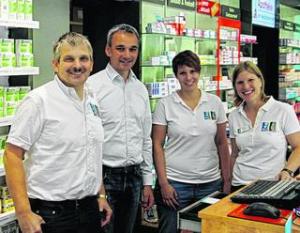 Apotheker Klaus-J. Froitzheim und sein Team verschafften MdB Wilfried Oellers (2.v.l.) wichtige Eindrücke vom Alltag in einer Apotheke. Foto: privat