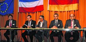 Auf dem Podium: v.li. Jos van Eyck (Schulleiter Landgraaf), Bürgermeister Wolfgang Jungnitsch, Ton Ancion (stellv. Bürgermeister Landgraaf), Wilfried Oellers (CDU, Mdb) und Norbert Spinrath (SPD, MdB).