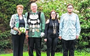 Im Mittelpunkt der Festtage stehen Königspaar Willi und Andrea Brudermanns und Prinzessin Darlene Wilden mit Begleiter Jonas Schmitz. Foto: Jeno Gellinek