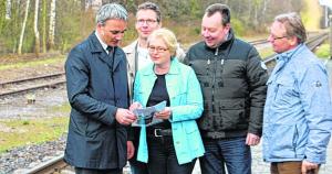 Freuen sich: MdB Wilfried Oellers, Ralf Schmelich (stellv. Vorsitzender der Ratsfraktion), Petra Otten (CDU-Stadtverbandsvorsitzende), Richard Brix (stellv. CDU-Stadtverbandsvorsitzender) und Georg Schmitz (stellv. Bürgermeister). Foto: BO