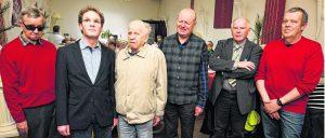 Vorsitzender Heinz Wolf (2.v.r.), der stellv. Verbandsvorsitzende Heinrich van Well (r.) und der stellv. Vorsitzende Wilfried Butzheinen (3.v.r.) zeichneten Gründungsmitglied Adolf Imrecke (3.v.l.), Rolf Herfs (2.v.l.) und Willi Tholen (l.) für ihre Treue zum Verein Blinden- und Sehbehindertenverein aus. Foto: Bienwald